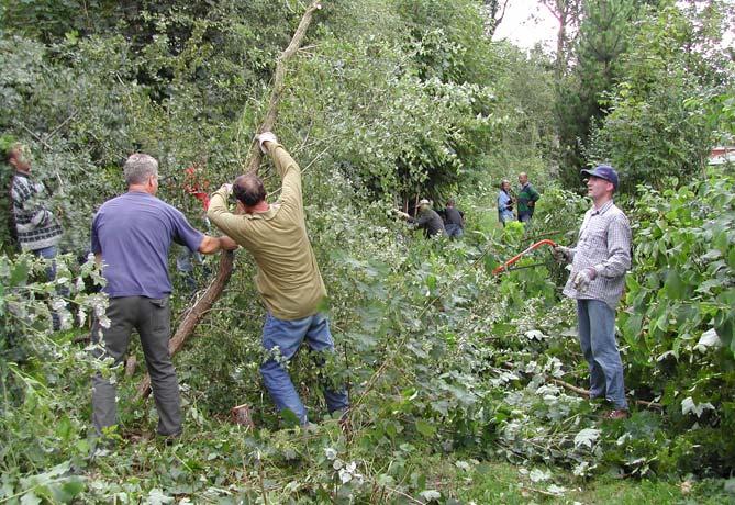 Vobula-Vrijwilligers-helpen-met-onderhoudswerk-DvO_Hans-Visser