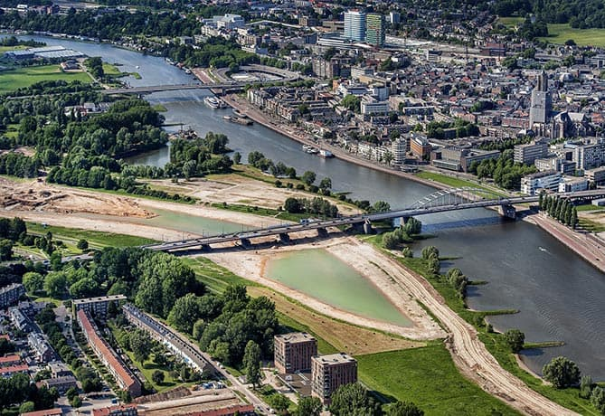 Uitgelicht- Luchtfoto's- ruimte voor de rivier. bij repo bart dirks. Arnhem bij de john Frostbrug . foto raymond rutting / de volkskrant